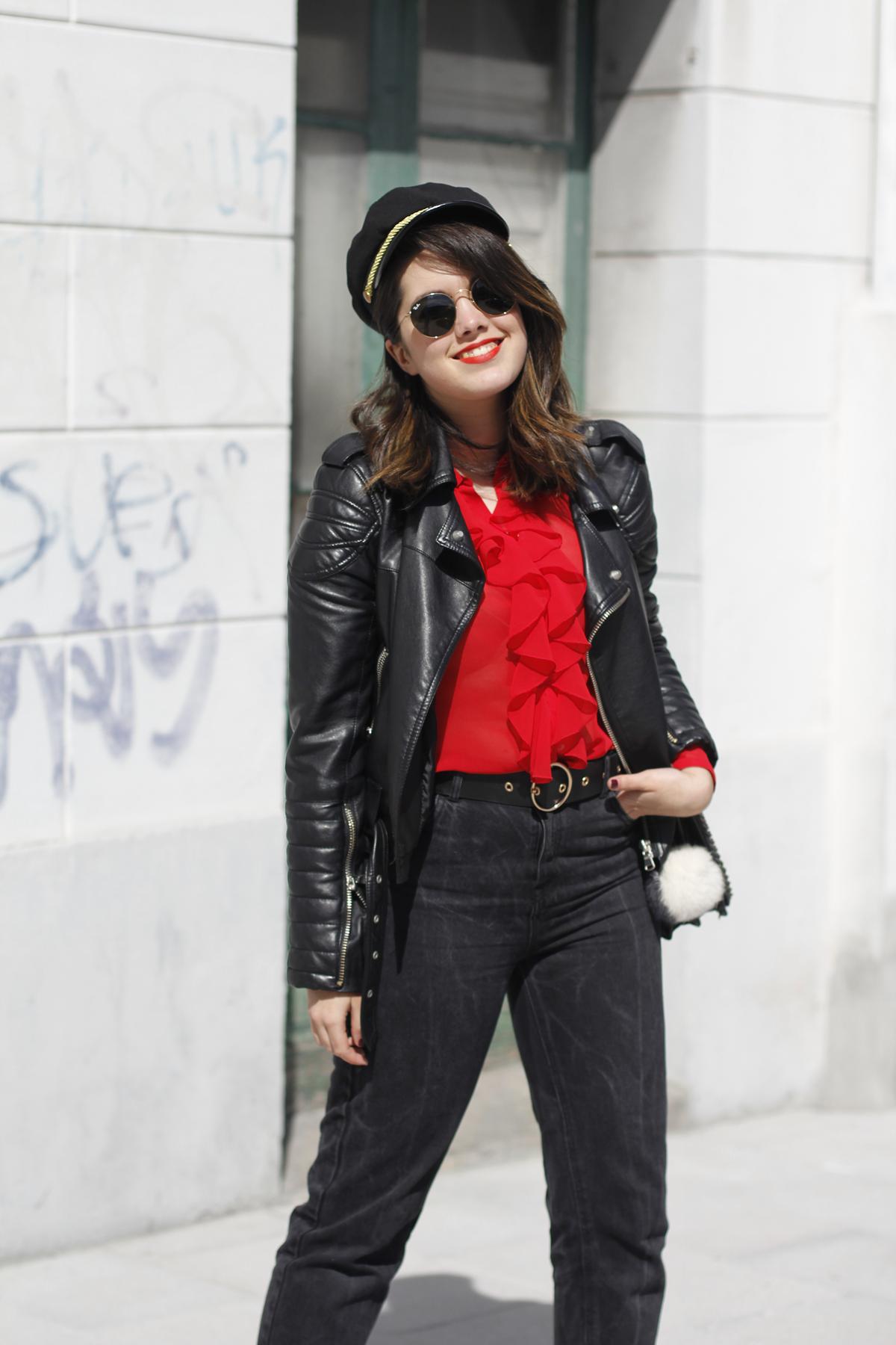 Blusa roja de la pipa de la paz confeccionada en galicia con mom jeans y gafas redondas rayban streetstyle 10