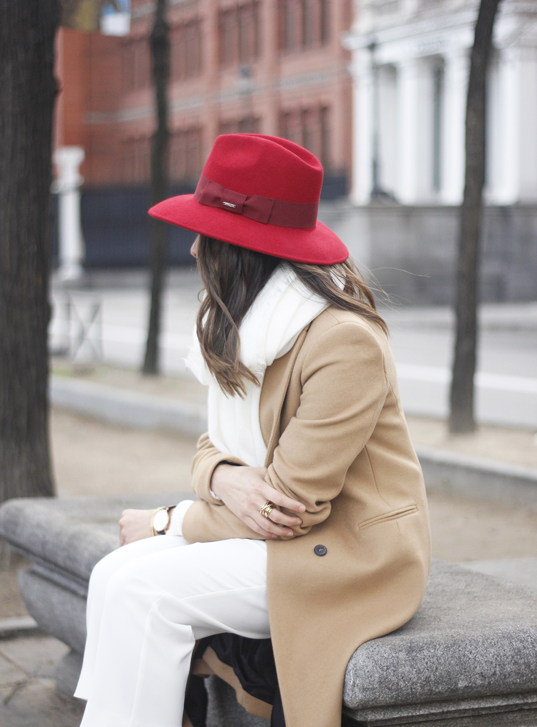 Camel Coat Red Hat Black Heels White pants streetstyle outfit10