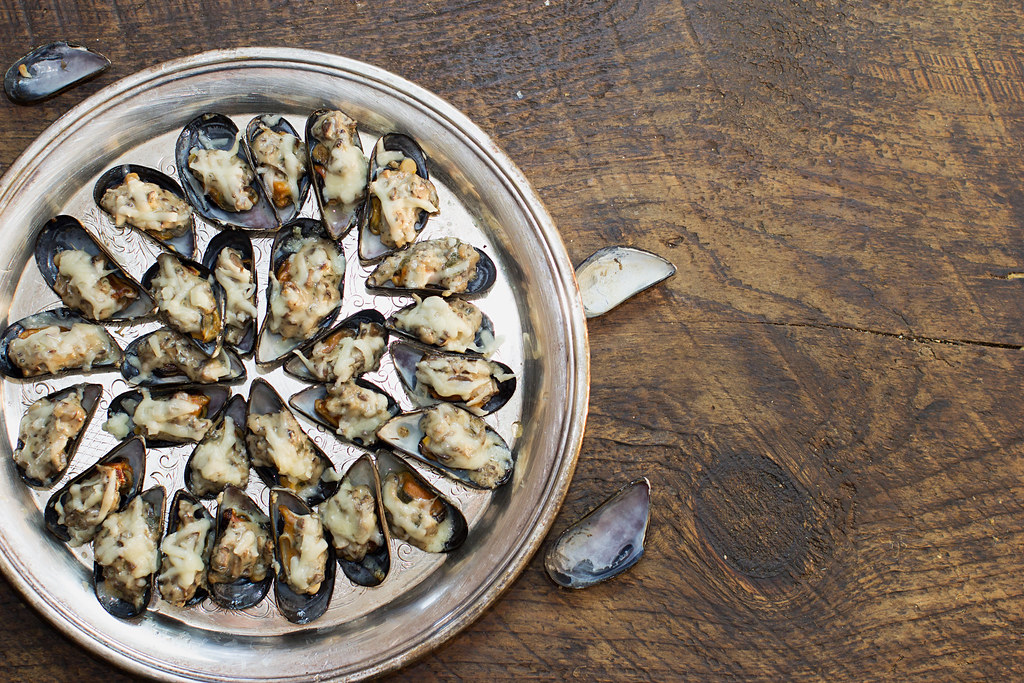 Broiled Mussels with Mushroom Cream Sauce