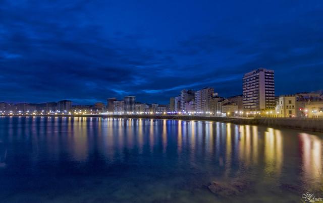 Bahia de Gijon en la hora Azul