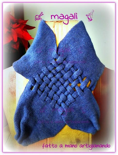 sciarpa blu a strisce intersecate