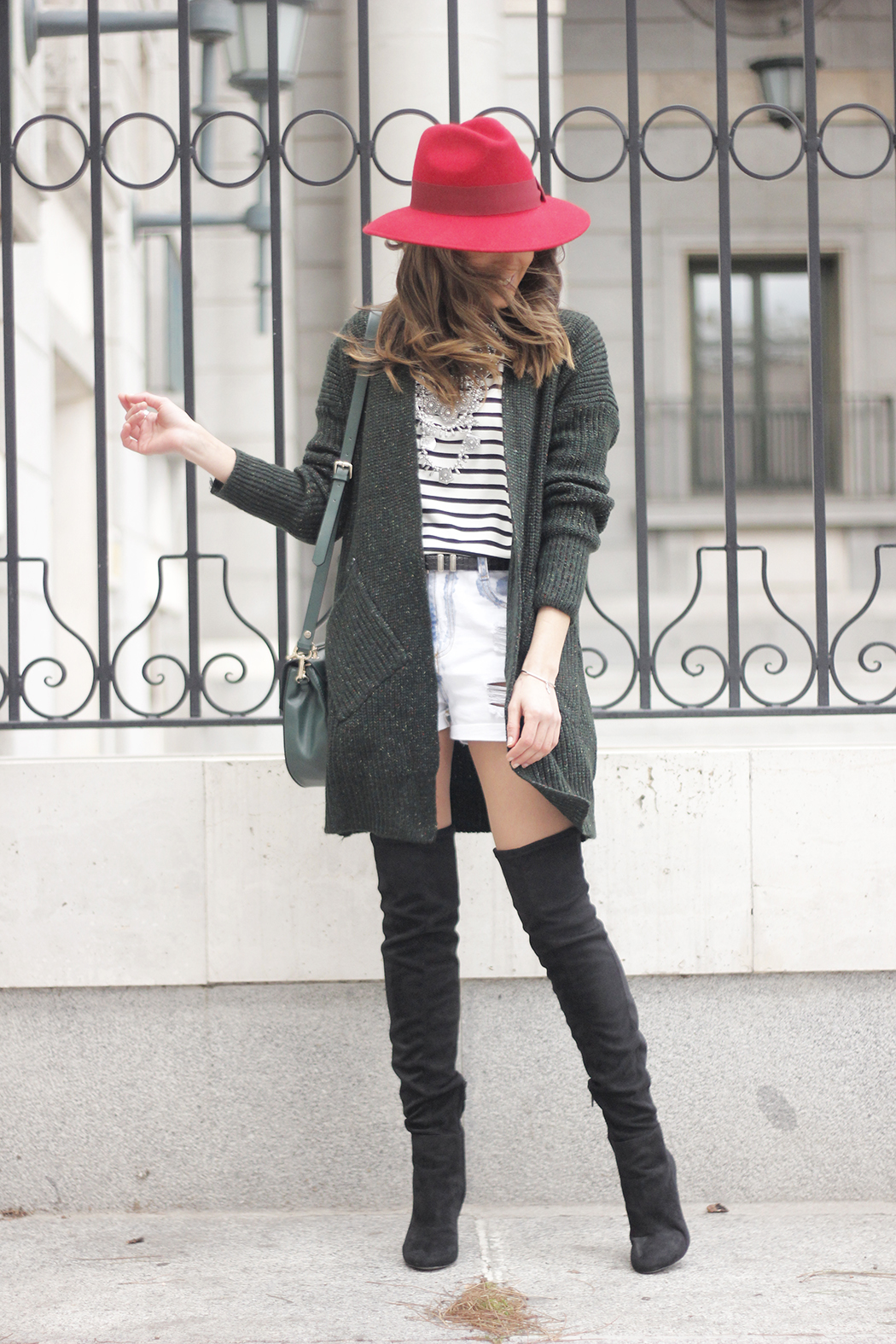 Green Cardigan sheinside denim shorts over the knee boots red hat uterqüe03