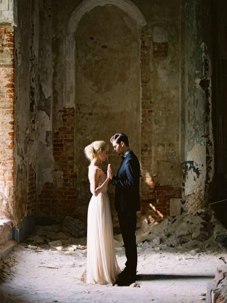 Bride and groom styles for Fine art wedding shoot | fabmood.com #weddinginspiration