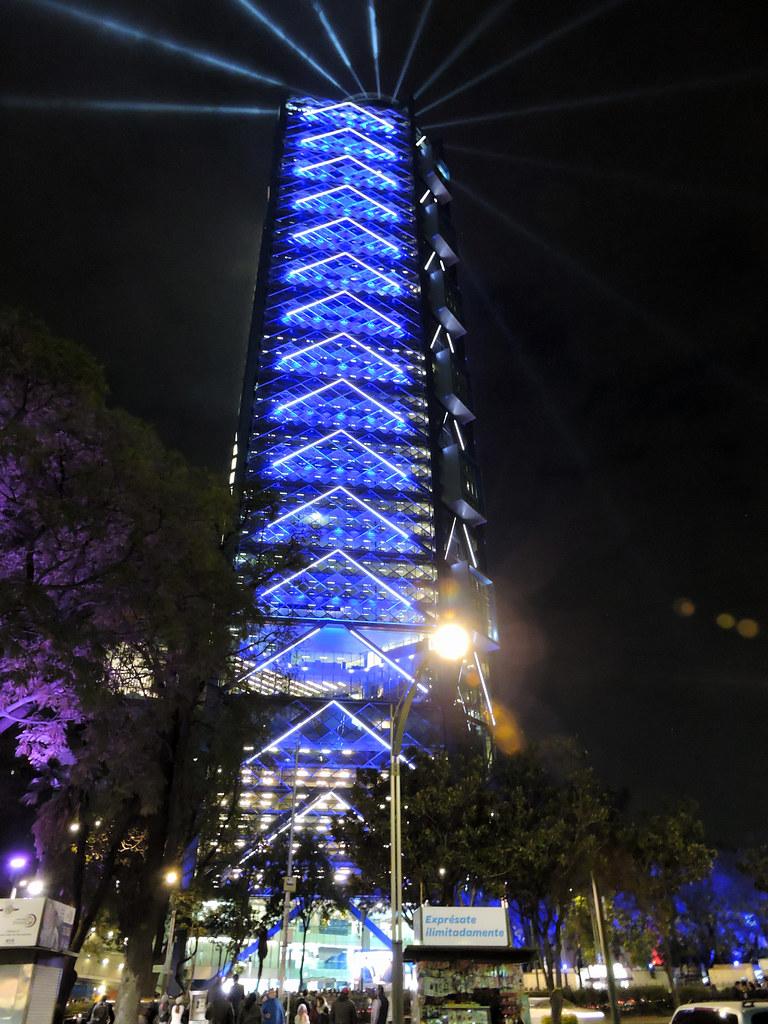 Resultado de imagen para Torre BBVA Bancomer noche