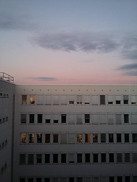 Sonnenaufgang über dem Telekomgebäude