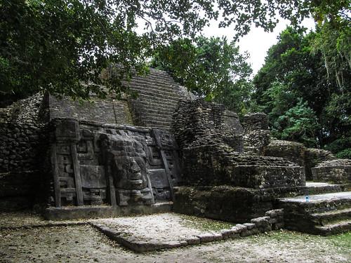 Lamanai: the Mask Temple. Cette pyramide est en fait le résultat de 4 pyramides fabriquées l'une sur l'autre. Voyez-vous les différentes couches ? Au moins deux, de pierres différentes.