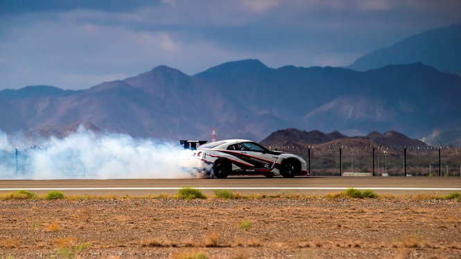 2016-nissan-gt-r-nismo-breaks-the-guinness-world-records-title-for-fastest-drift (3)