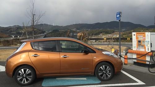 新東名 浜松SA(上り)で急速充電中の日産リーフ