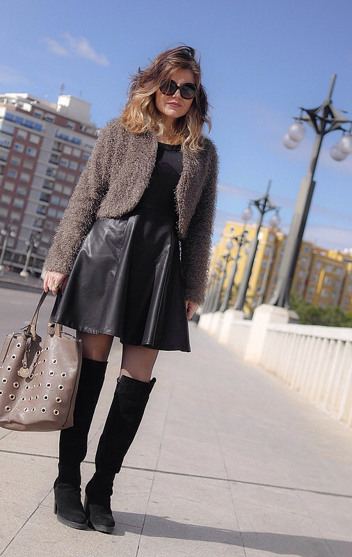 """ Lady Style"" vestido polipiel+mosqueteras"