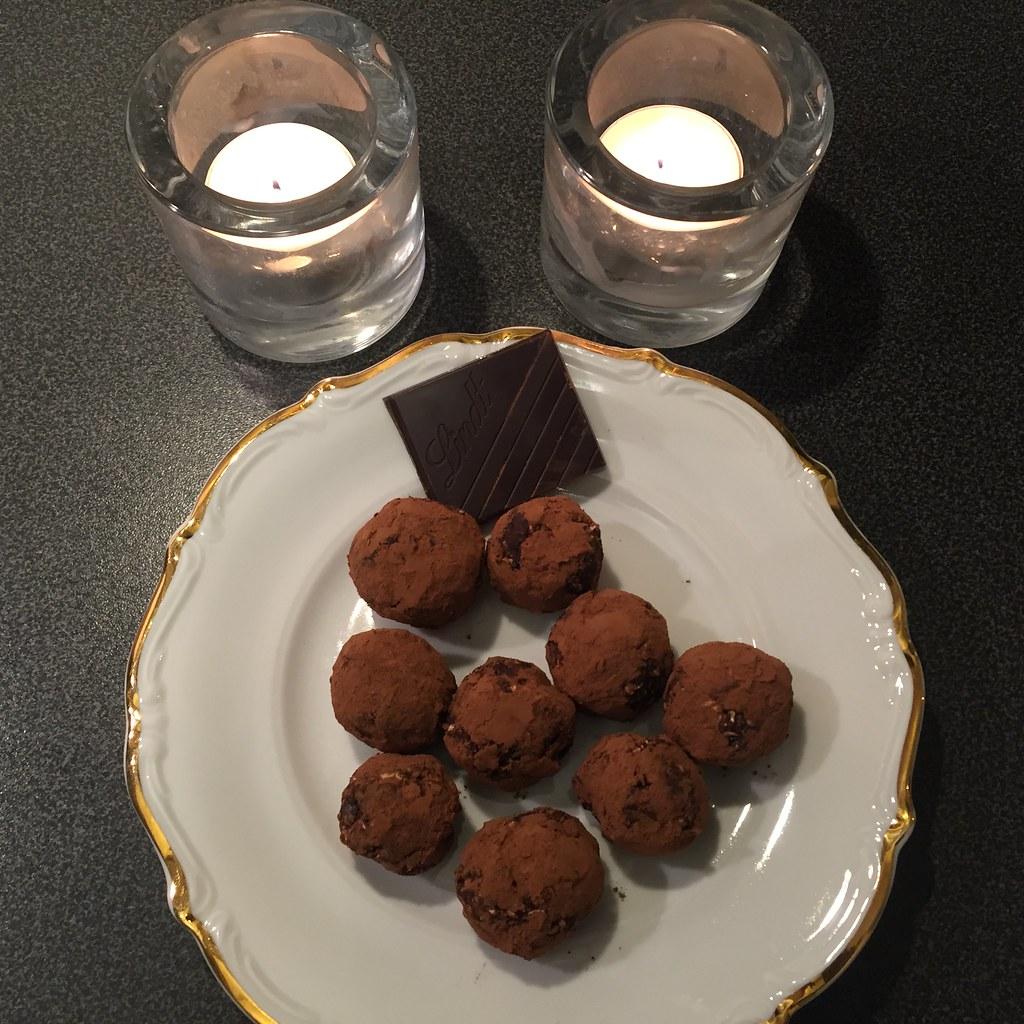 Måndagsmys med kakaorullade chokladbollar