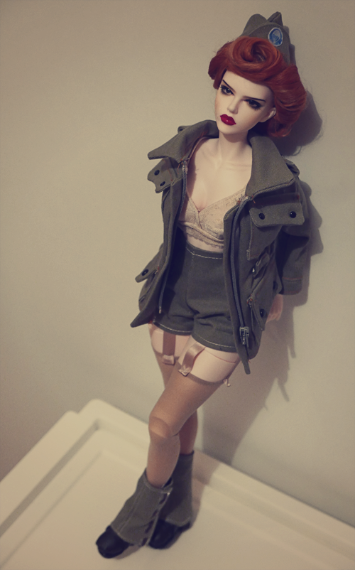 (Raccoon doll Lucy) Pinup militaire: veste, bottes, casque 26156334362_4eede871a9_o