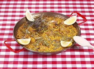 La paella valenciana, el plato que más identifican los españoles.