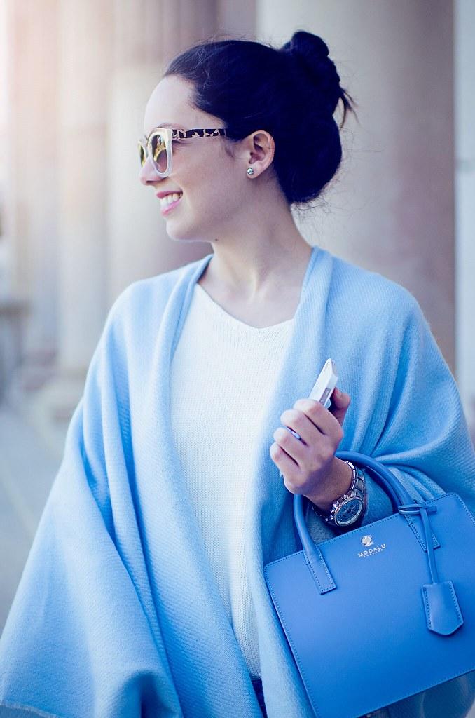 Cómo combinar un poncho azul claro + Cambios en el blog