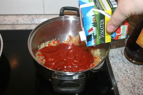 35 - Mit passierten Tomaten ablöschen / Add sieved tomatoes