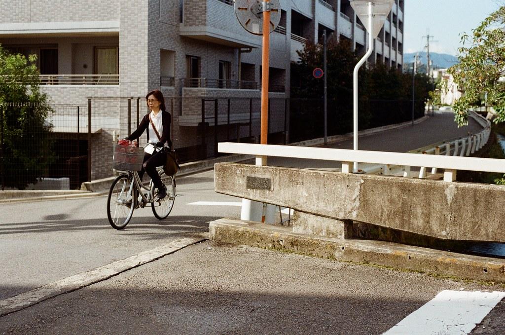 白川通 Kyoto / Kodak ColorPlus / Nikon FM2 2015/09/27 來到了白川通這邊的住宅區裡,那時候真的沒想什麼,因為下午的街道很安靜,我就在這裡隨意走、隨意拍,不看地圖,反正沒有很趕著要到哪裡,京都就這麼大,就算迷了路,也跑不到多遠去。  在一個路口停留了一下,因為發現了一些很可愛的景象,一個路口有滑板少年經過、騎腳踏車的男子、長髮豪邁的阿伯還有電動代步車的阿桑!  這個社區的下午真的有點可愛!  我記得我在這裡悠閒的拍完一捲底片!  Nikon FM2 Nikon AI Nikkor 50mm f/1.4S Kodak ColorPlus ISO200 0986-0039 Photo by Toomore