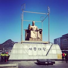 En fait le roi Sejong c'est lui et le marin c'est l'autre ! #castelbajac #roi #seoul #korea #corée