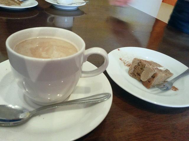 紅茶を頼むとシナモンがかかっててチャイのようでした