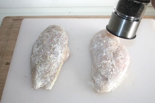 19 - Hähnchenbrust mit Salz & Pfeffer würzen / Season chicken with salt & pepper