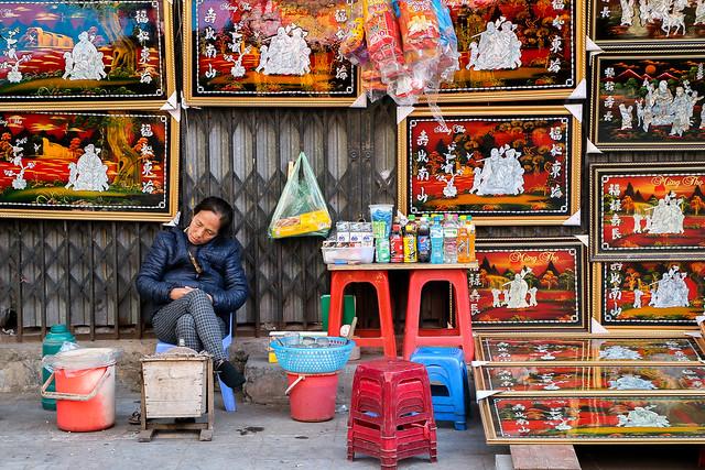 A woman having a nap, Hanoi old city, Vietnam ハノイ旧市街、店番しながら昼寝する女性