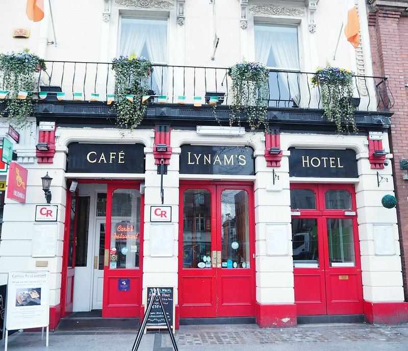 lynamshotelP4150233, lynams hotel, o'connell street, cafe, hotel, lynams, ireland, irlanti, street, katu, red doors, puaninen ovi, hotelli dublin, hotel in dublin, main street, pääkatu,