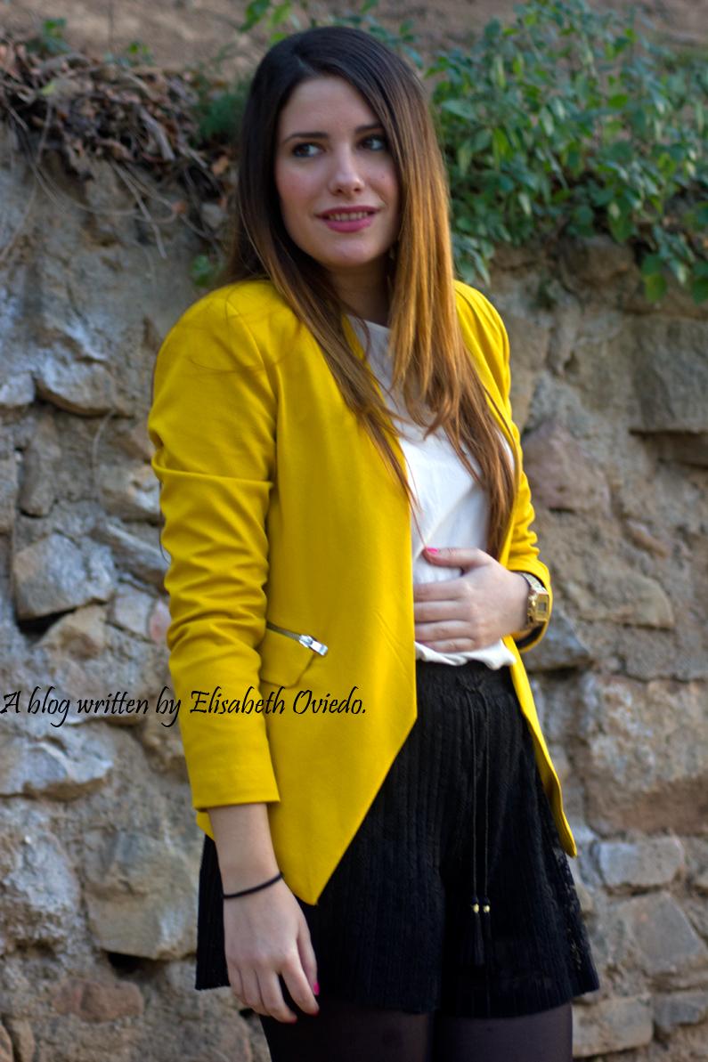 blazer amarilla ZARA shorts encajes Bershka tacones negros look HEELSANDROSES (1)