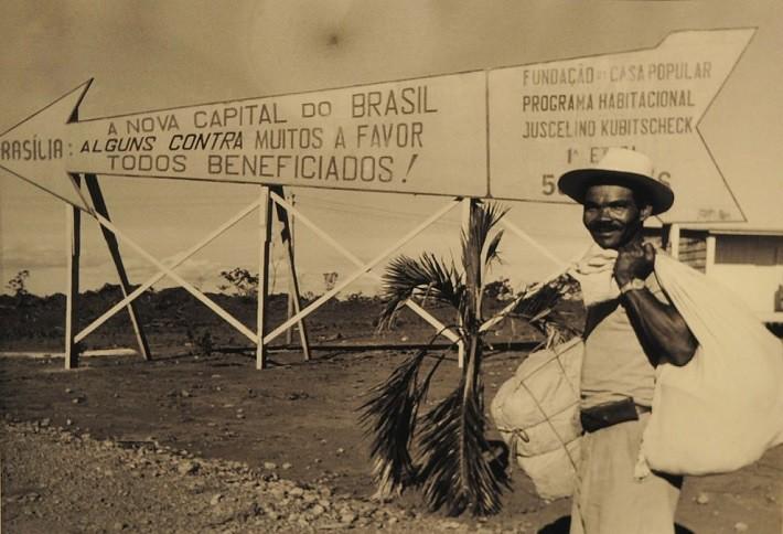 Placa icônica — e bem-humorada — acerca da construção de Brasília. Fotografia: Arquivo Público do Distrito Federal, ArPDF.