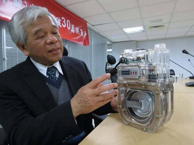 新海瓦斯公司總經理游明俊解說微電腦瓦斯表