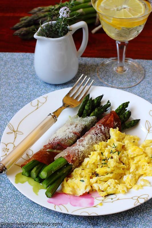Ricetta degli asparagi con prosciutto crudo e parmigiano al forno e uova strapazzate al timo