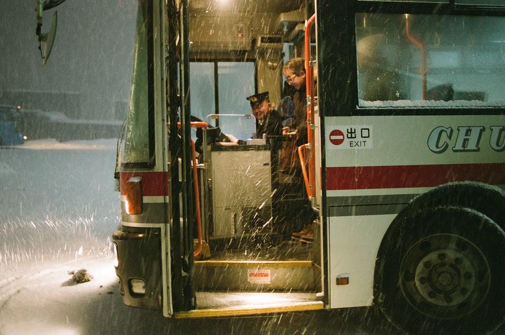 小樽 天狗山 Otaru Japan / FUJICOLOR PRO 400H / Nikon FM2 下來的時候遇到大雪,在公車站等車,一直看到大雪落下,一直飄進我的帽子裡面。  我的相機鏡頭也一圈積雪,用手挖反而讓雪越往鏡頭縫隙積。  好不容易公車來了,但也知道日本的公車是很有禮貌的等乘客在精算機前慢慢投幣,完成車資付款,不像台灣都很急促的下車,有一陣子回來後不太習慣台灣公車的節奏。  但有好有壞,壞的部分就是像這樣外面下大雪,也只能抖著,等著!  司機快點啊!  Nikon FM2 Nikon AI AF Nikkor 35mm F/2D FUJICOLOR PRO 400H 8271-0030 2016-02-02 ~ 2016-02-03 Photo by Toomore