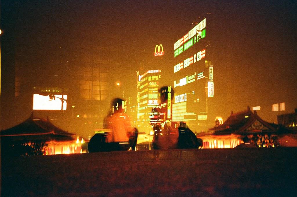 台北 重曝 Taipei, Taiwan / Redscale / Lomo LC-A+ 測試了一捲底片,拍完之後再捲回來重拍一遍,挑戰的是畫面能夠對齊,意外的發現 Lomo LC-A+ 神奇的設計!很酷!  畫面真的對齊了!  Lomo LC-A+ Lomography Redscale XR 50-200 35mm 4220-0027 2016-04-20 / 2016-04-21 2016-04-20 ~ 2016-04-24 Photo by Toomore