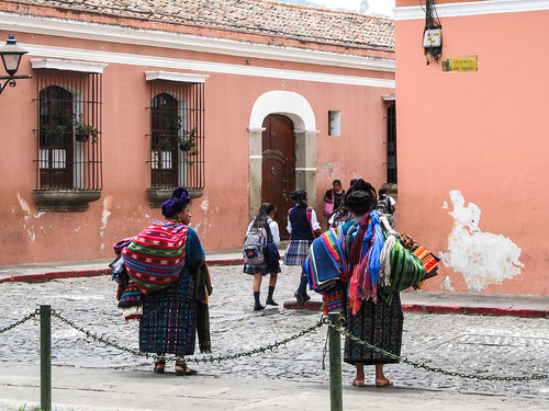 Antigua: des vendeuses d'étoffes en habits traditionnels et de jeunes écolières en uniforme