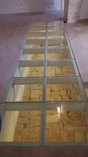 Le vetrate nella pavimentazione mostrano alcuni rilevament della pavimentazione originale (2)