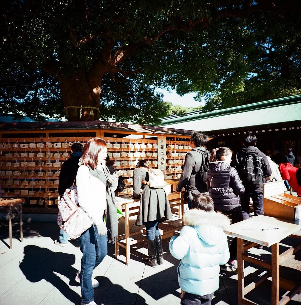 表參道 明治神宮 Tokyo, Japan / Kodak Pro Ektar 100 / Lomo LCA 120 2016/02/07 在除夕那天我離開千葉,進入東京一趟。  接著來到了表參道、明治神宮,之前來的時候有買一個必勝的御守,工作之後還滿順利的,這次回來感謝一下!  想不到要買什麼給妳,所以就幫妳帶一個御守。  Lomo LC-A 120 Kodak Pro Ektar 100 120 8282-0007 Photo by Toomore