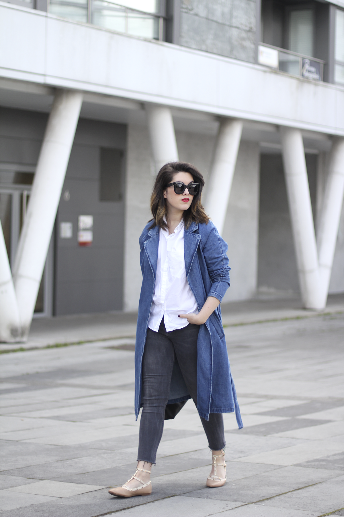 look with denim trench and piper furla streetstyle 8