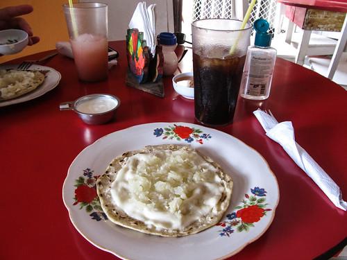 Granada: un quesillo (tortilla, fromage, oignon et crème)