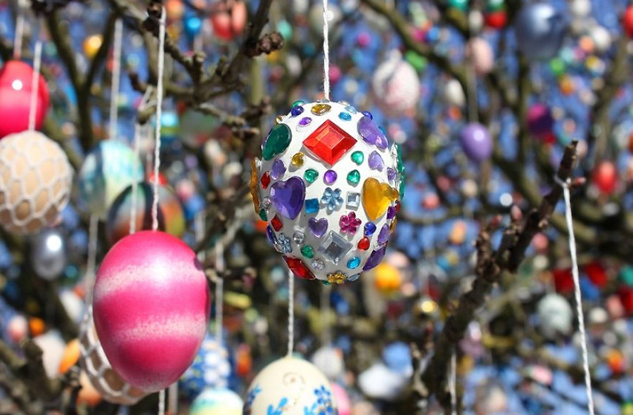 Фотография отсюда www.boredpanda.com/easter-tree-decoration-10000-eggs