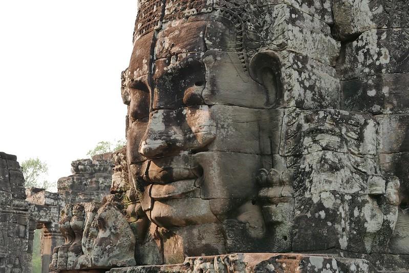 Eine schlafende Statue in Bayon. Beachtet die Fugen: hier wurde kein Mörtel verwendet und das Ding steht nach 900 Jahren immer noch!