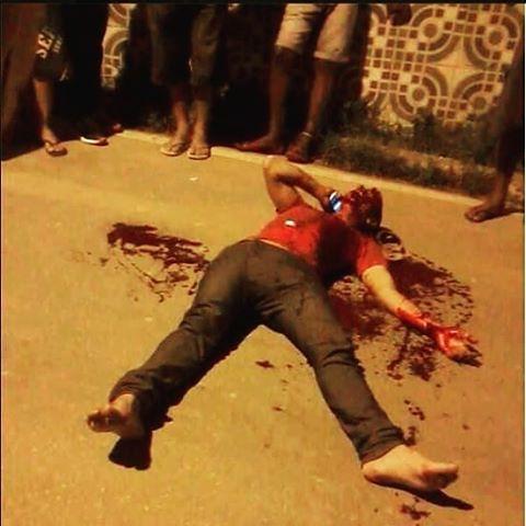 Um jovem foi assaltado em uma rua de Maceió ontem a noite quando terminou de sair de um culto evangélico. Os meliantes tomaram todo seu dinheiro, e mesmo assim não se conformaram e deram vários tiros nele. Mesmo agonizando no chão, pegou seu celular e lig