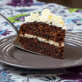 Морковный торт с черносливом, финиками и грецкими орехами