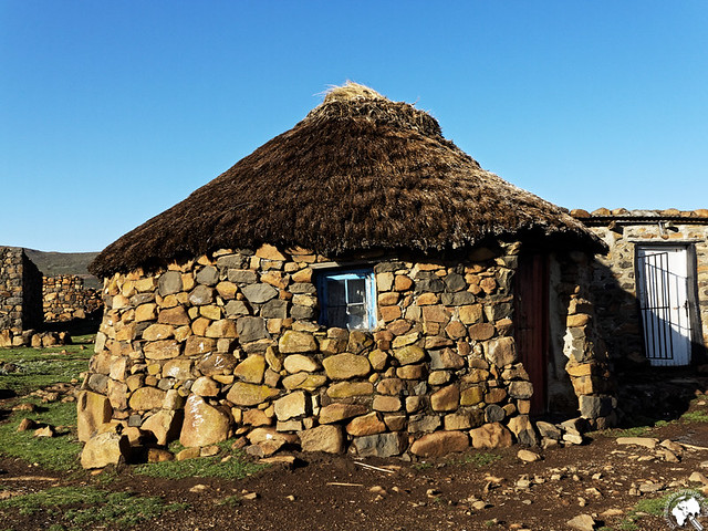 Habitat traditionnel des basutos au village Sani Top