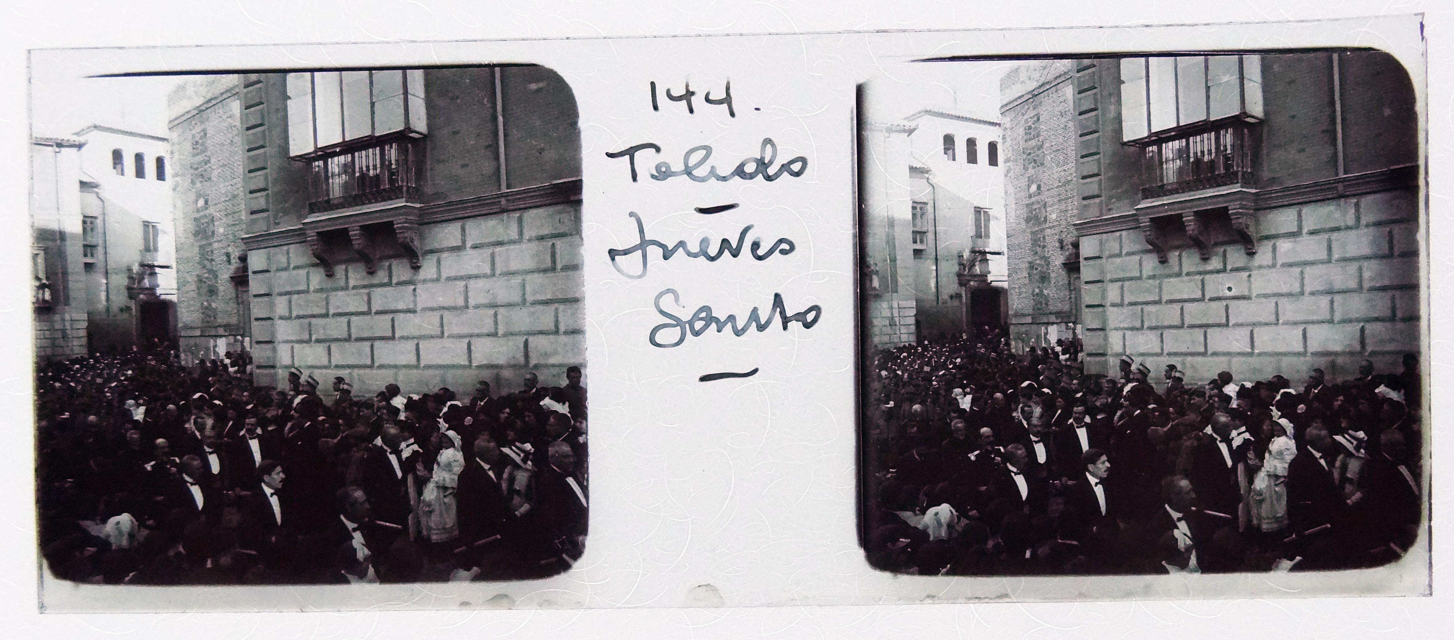 Procesión de Semana Santa desfilando en la Plaza de San Vicente. Fotografía de Francisco Rodríguez Avial hacia 1910 © Herederos de Francisco Rodríguez Avial
