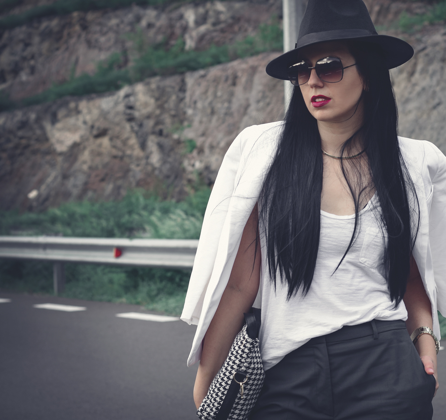 stylish-look-hat-white-blazer-long-straight-hair-chic-model-photography-fashion-blogger-outfit-minimalist (2)