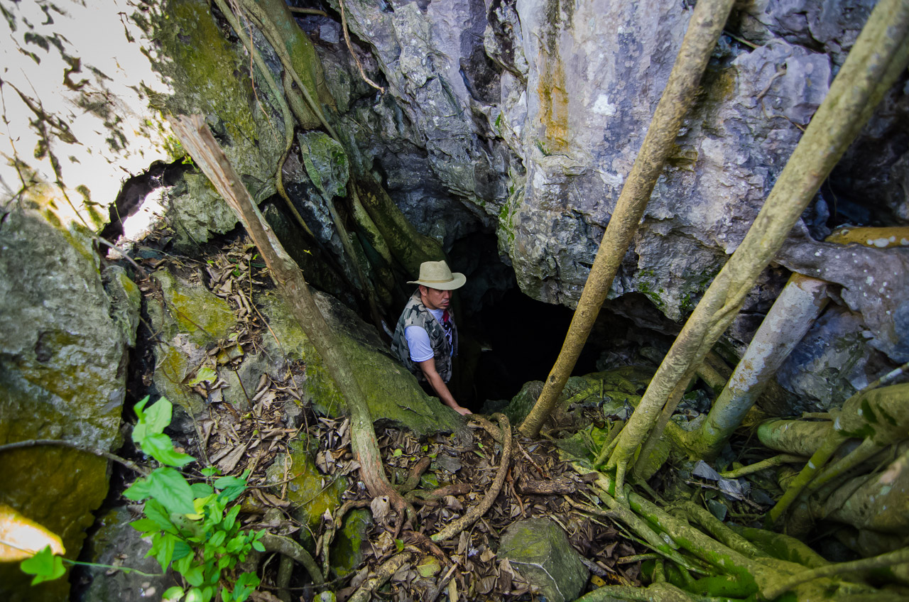 """El coordinador de turismo histórico Ramón Vargas, es el primero en ingresar a una de las cavernas cerca de Vallemí denominada """"La 54"""" ubicada en los dominios de la comunidad Santa Elena. En los alrededores de Vallemí hay 4 cavernas que pueden ser exploradas turísticamente, las mismas fueron descubiertas por los pobladores que trabajan en el negocio de explotación de piedras y canteras. (Elton Núñez)"""