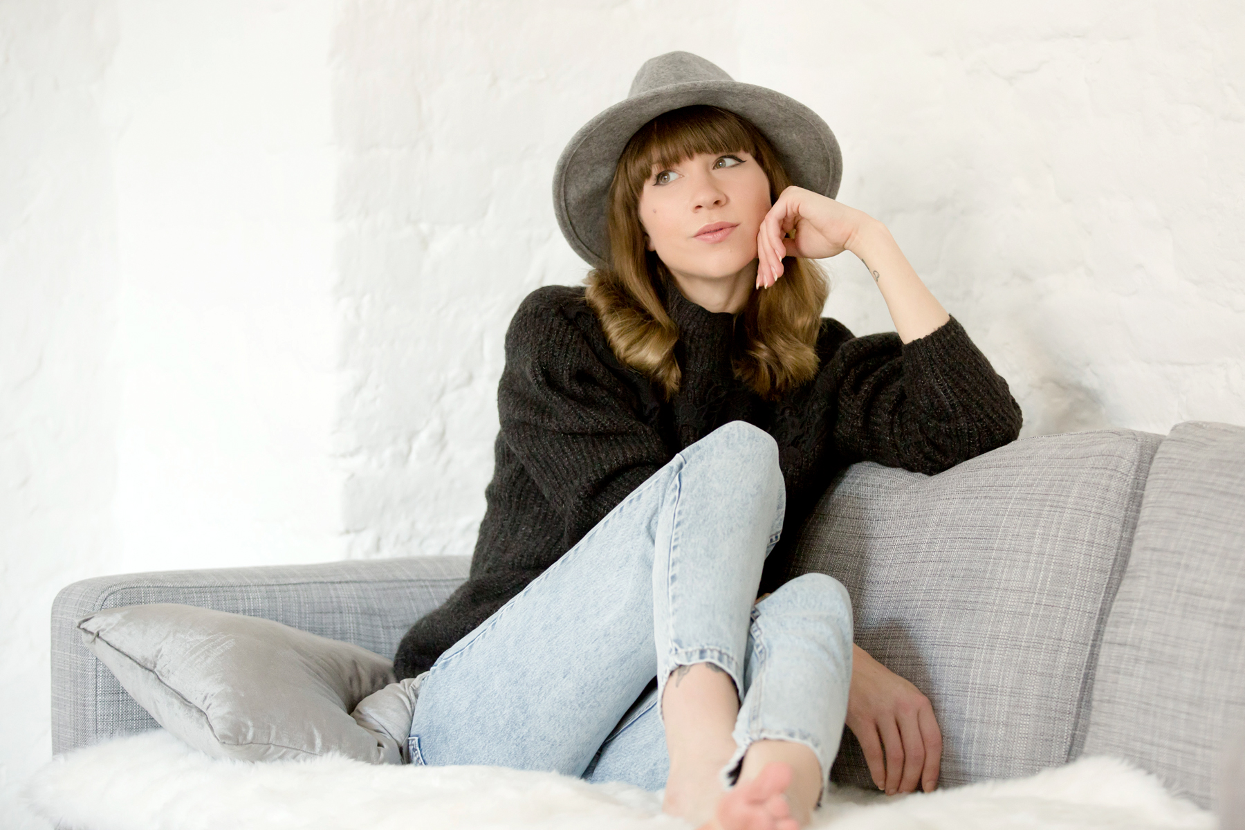 home new year grey hat mom jeans pull&bear knit cozy homewear grey ikea karlstadt couch lounge loft bangs brunette fashionblogger interior home cats & dogs blog ricarda schernus modeblog 2