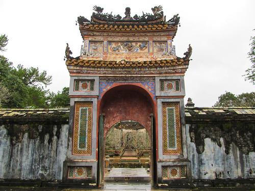 Le Tombeau de Tu Duc: grande arche en terre cuite menant au tombeau