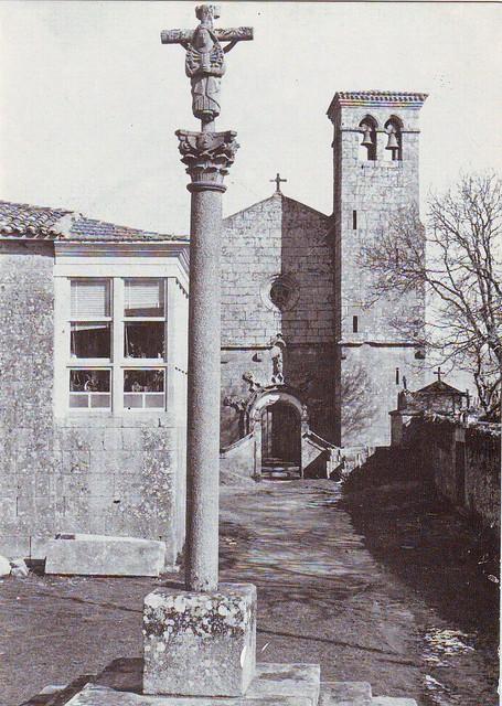 Fotografía en branco e negro do cruceiro, a reitoral e a igrexa de Santo Estevo de Sandiás (Ourense) nun folleto publicitario das eleccións locais do ano 1979, as primeiras eleccións municipais da Democracia.