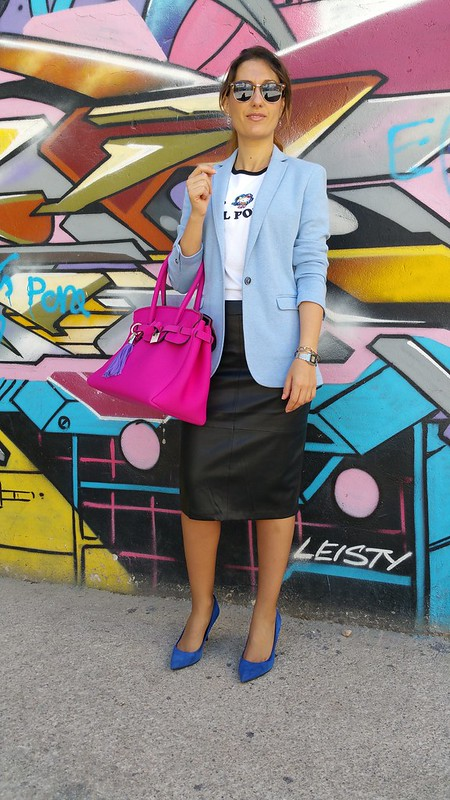Oficina, bolso, neopreno, fucsia, camiseta, Hello Kitty, falda lápiz, polipiel negra, zapatos azul klein, blazer azul clarito, office, bag, neoprene, fuchsia, black leatherette pencil skirt, klein blue shoes, light blue blazer, Massimo Dutti, Pull & Bear, Stradivarius, Zara, Save my Bag, Ray - Ban, Casio, Swarovski, Casio, Tous