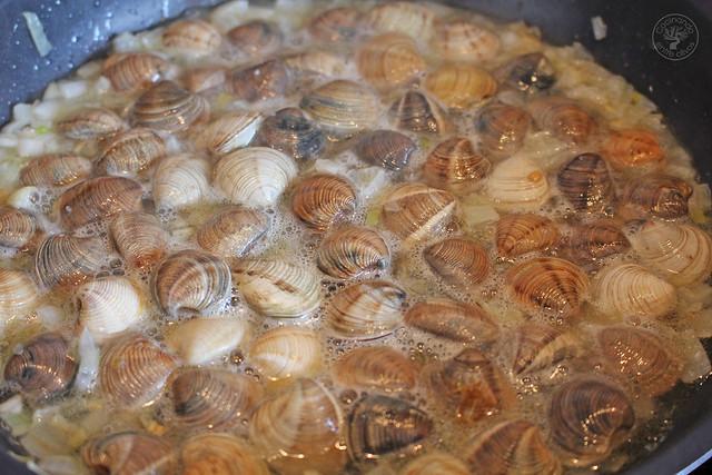 Espaguetis con almejas y vino blanco www.cocinandoentreolivos.com (9)