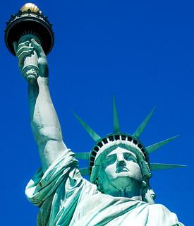 Billede af Frihedsgudinden i nærheden af City of Jersey City. gustaveeiffel statueoflibertyny frédéricaugustebartholdi roncogswell statueoflibertylibertyislandnewyorkharborny frenchsculptorfrédéricaugustebartholdi frenchbuildergustaveeiffel