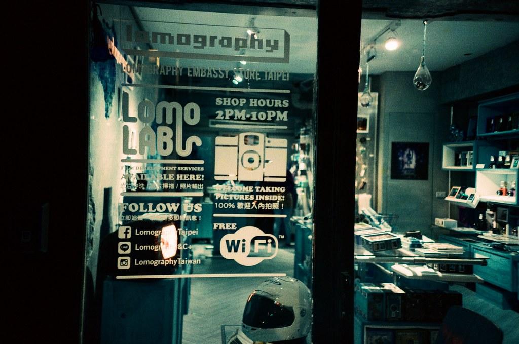 第一卷 Turquoise 作品 / Taipei, Taiwan / Lomo LC-A+ 這是我第一卷 Turquoise 的作品,後來因為拍了很多不同類型的底片,手上有好多卷底片都排不進去每天的分享中。  現在回頭看看自己過往的作品,還是有些滿喜歡的畫面。  也好,停下來看一下當初拍 Lomo 的熱情!  Lomo LC-A+ Lomography LomoChrome Turquoise XR 100-400 1567-0014 2015/10/14 - 2015/10/17 Photo by Toomore